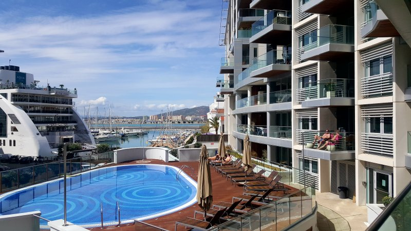 Luxury 1 bedroom apartment in frontline marina, Ferienwohnung in Westside