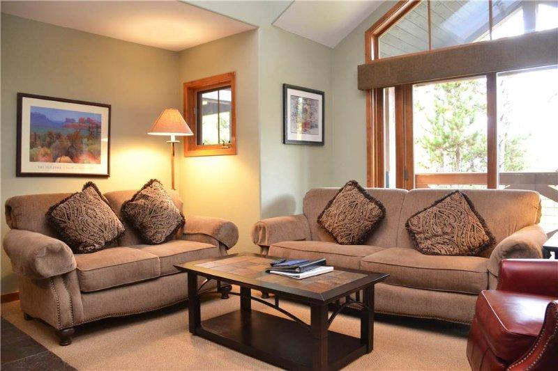 Couch, Mobilio, Ambientazione interna, Camera, cibo