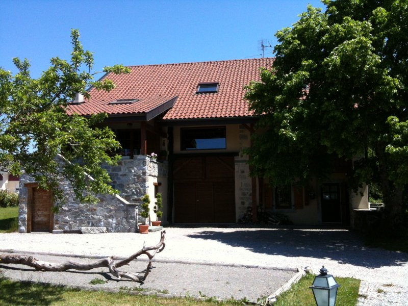 Family Apartment in Renovated Farm, casa vacanza a Saint-Paul-en-Chablais