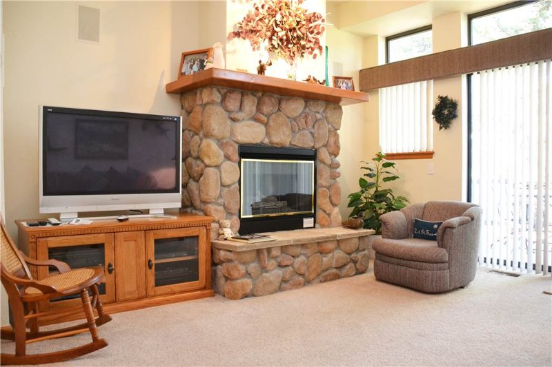 Couch,Furniture,Fireplace,Hearth,Desk