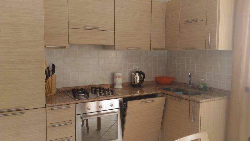 cucina completa con doppio frigo, melitta e lavastoviglie.