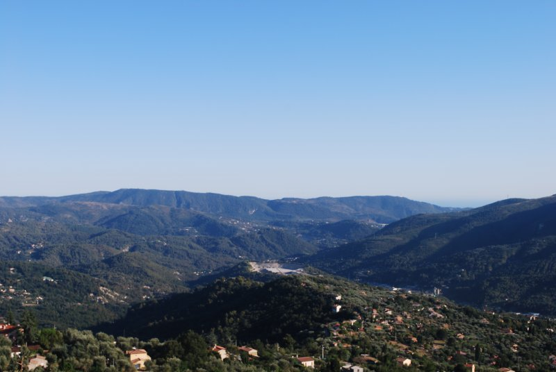 2 Bedroom Hideaway 680m high in the hills 24km from Nice with amazing views., holiday rental in Utelle