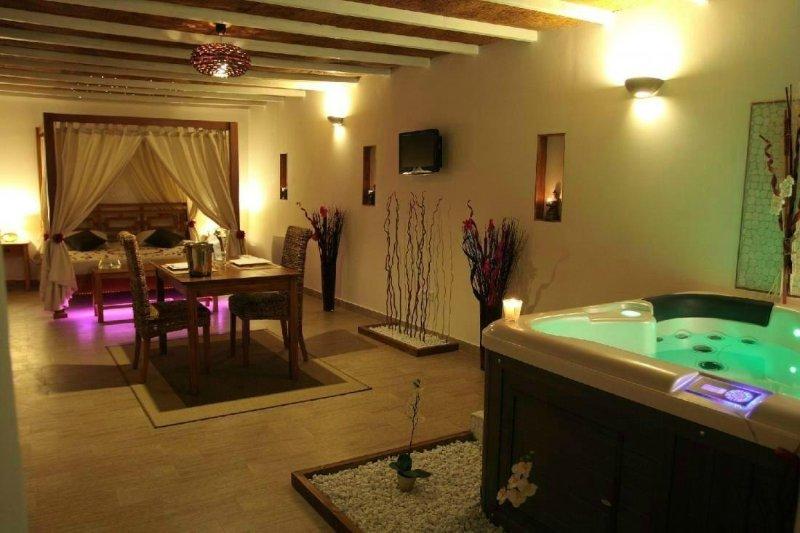 LA PAILLOTE EXOTIQUE SUITE MALDIVES JACUZZI SAUNA, holiday rental in Vallabregues