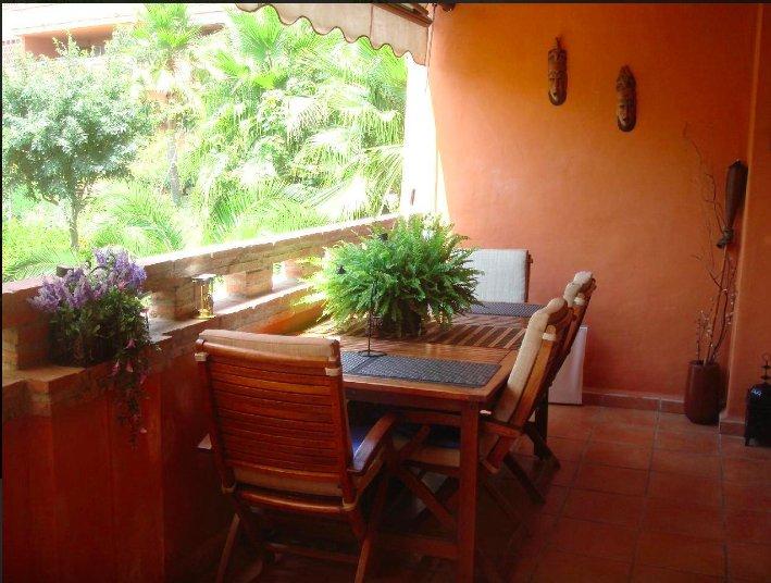 terraza con 4 silas y sofa individuall Ikea- ideal para cenar de noche, desayunar, tomar el sol...;)