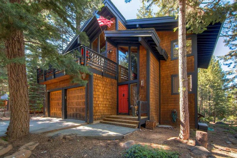Expansive Truckee Cabin w/ Deck & Resort Amenities, vacation rental in Truckee