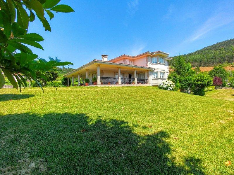 VILLA CASTELAO - Piscina con jardines a 10 minutos de la costa - Wifi limitado, holiday rental in Cotobade