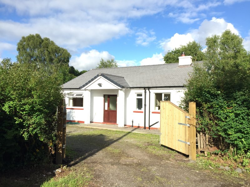 3 Bedroom Peaceful Getaway with 6 Person Hot Tub, holiday rental in Oban