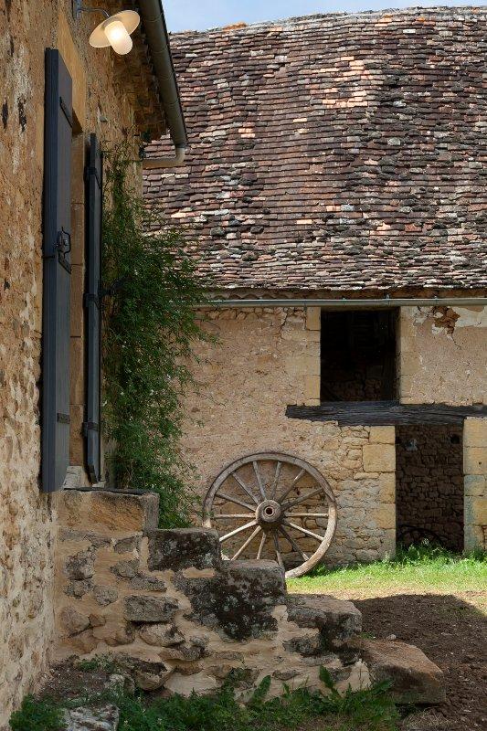 L'entrée de Le Mazet et la grange demi-toit en arrière-plan