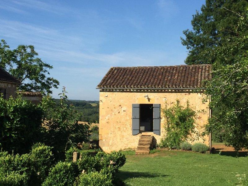La façade de Le Mazet, approché par le jardin