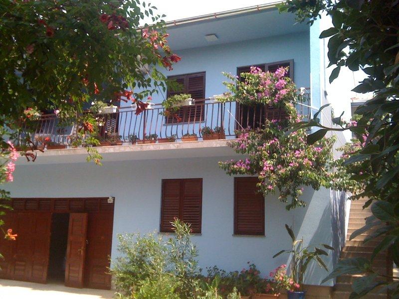 Appartement dans villa piscine privée, grand jardin, mer proche vieille ville proche