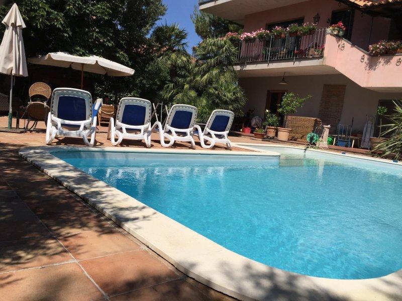 appartamento in villa camera quadrupla-piano terra, holiday rental in Ragalna