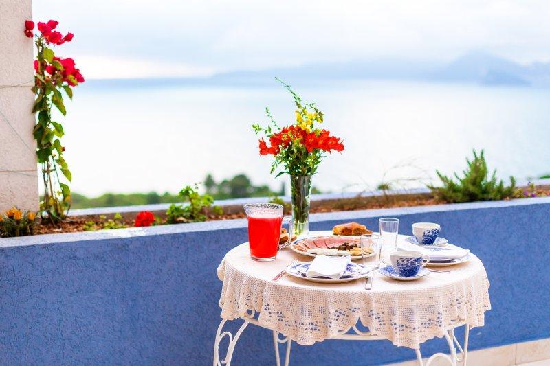 Superior apartment,sea view,two bedrooms,big terrace,70m2, 4 people,max 6, aluguéis de temporada em Sveti Stefan