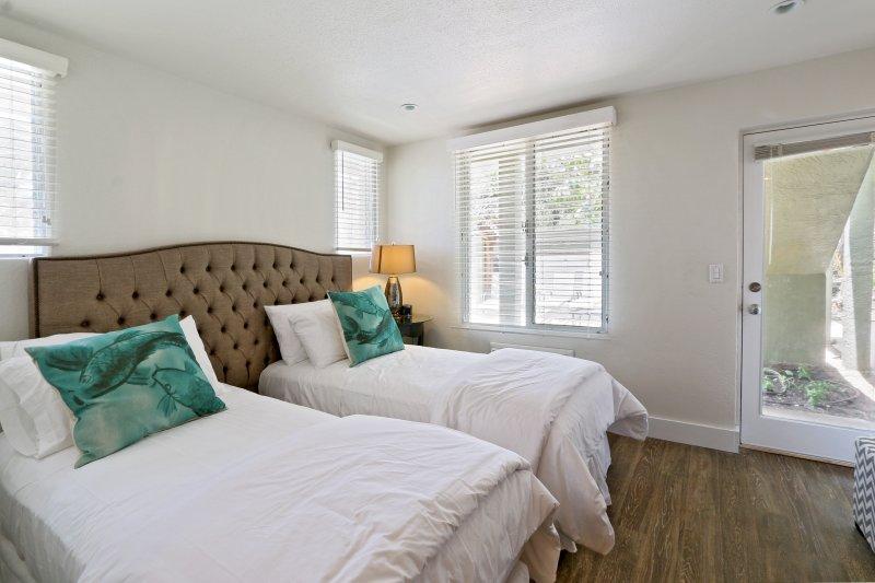 Slaapkamer 1 met een eigen toegang tot het zwembad en jacuzzi. 2 personen in een kingsize bed of twee aparte bedden