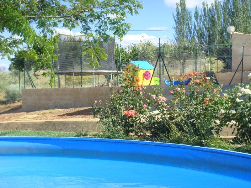 Zona de ocio,pampli parque infantil,sala de juegos,piscina,columpios,campo de voleibol,cama elastica