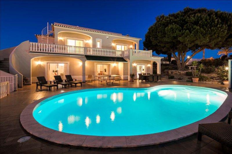 Villa Gemma - Fabulous 5 bedroom villa with pool, games room and sea views, holiday rental in Carvoeiro
