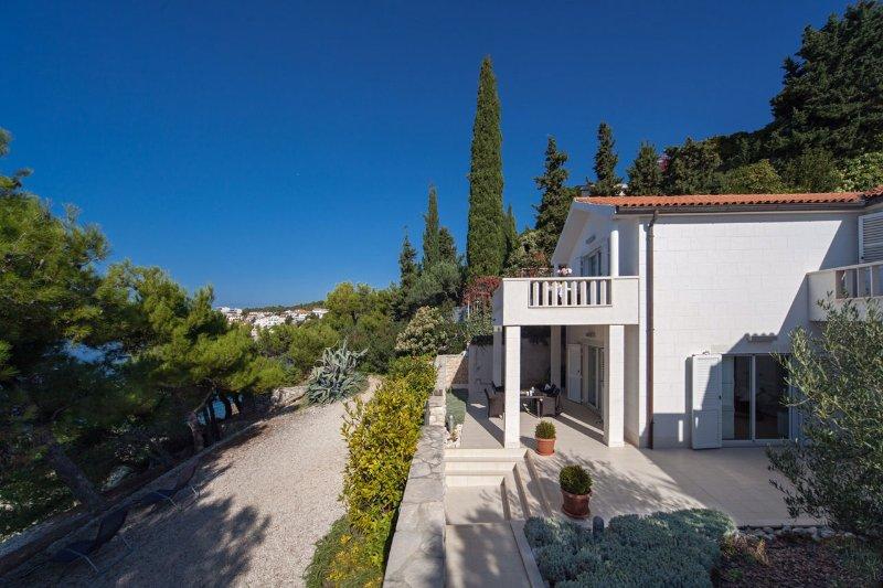 Luxury villa with pool near the sea in Primosten