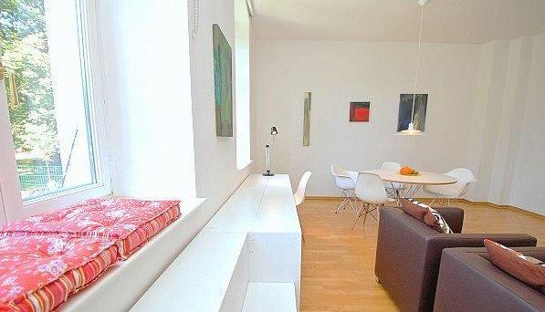 Oasis overlooking the green heart of Berlin-Mitte - work table in the garden room
