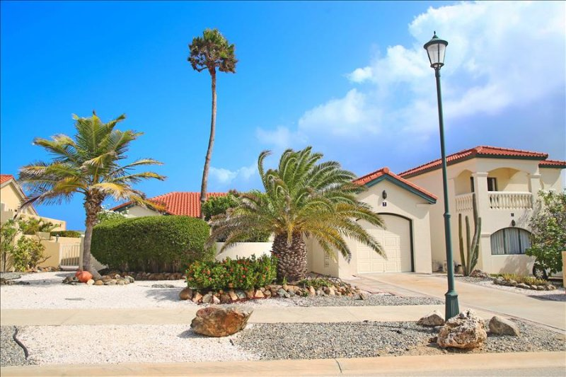 one-story 3 bedroom villa with gorgeous garden view, casa vacanza a Arasji