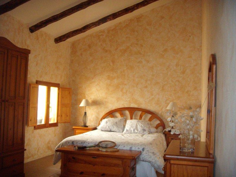 Dormitorio. Paz, tranquilidad y la luz del sol por la ventana