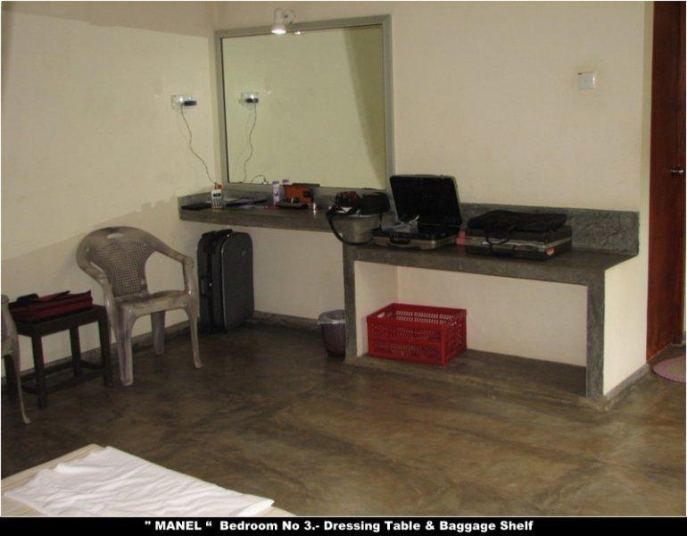 'MANEL' Schlafzimmer No.3 Frisierkommode / Gepäckablage.