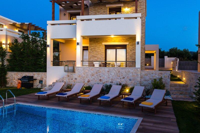 Gorgeous Villa Georgio with pool, laptop and bikes, location de vacances à Thronos