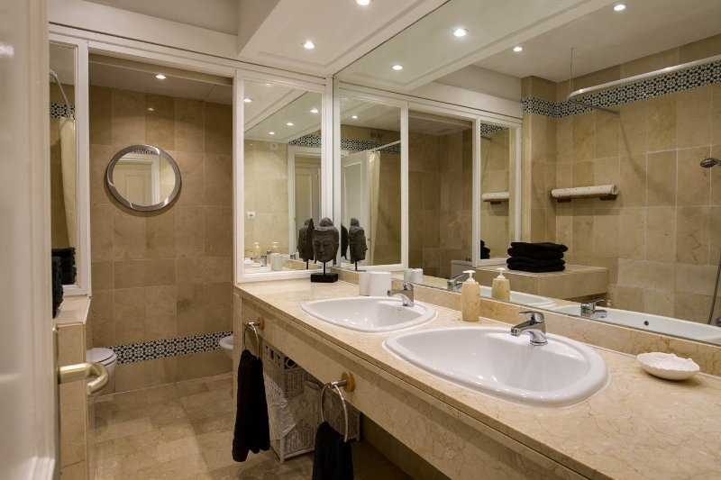 casa de banho fora do quarto principal. Todos em mármore, casa de banho completa, chuveiro, bidé e wc