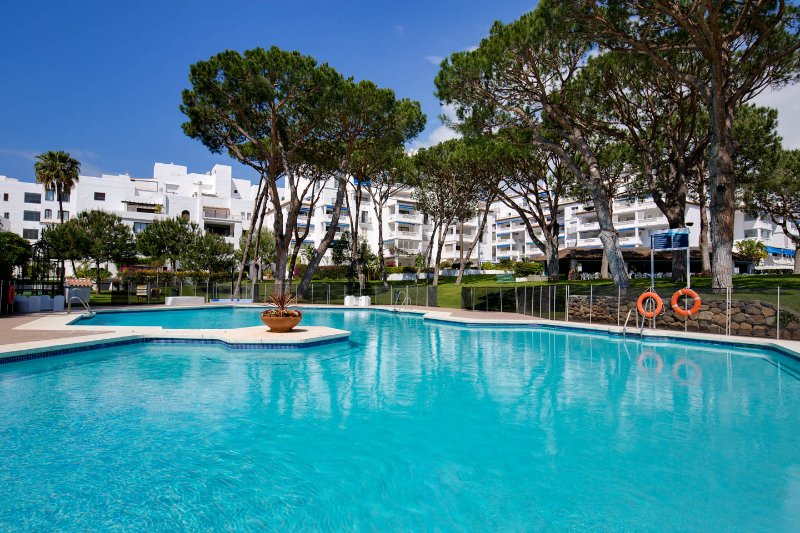 BEACH FRONT,3 OFFERS, SUNA ALL YEAR, PARK LIKE GARDENS, NO CAR, ALL AMENITIES – semesterbostad i Puerto Banus