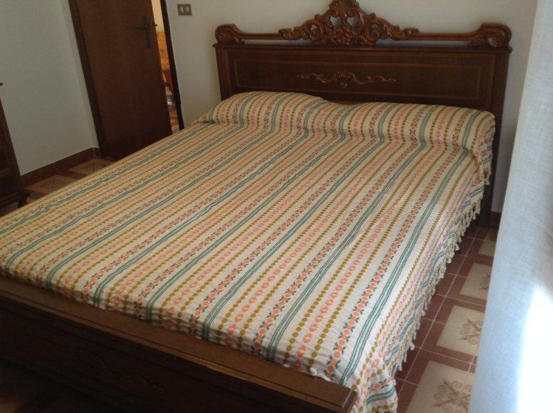 Master-Schlafzimmer mit Super-Kingsize-Bett & viel Platz im Kleiderschrank.