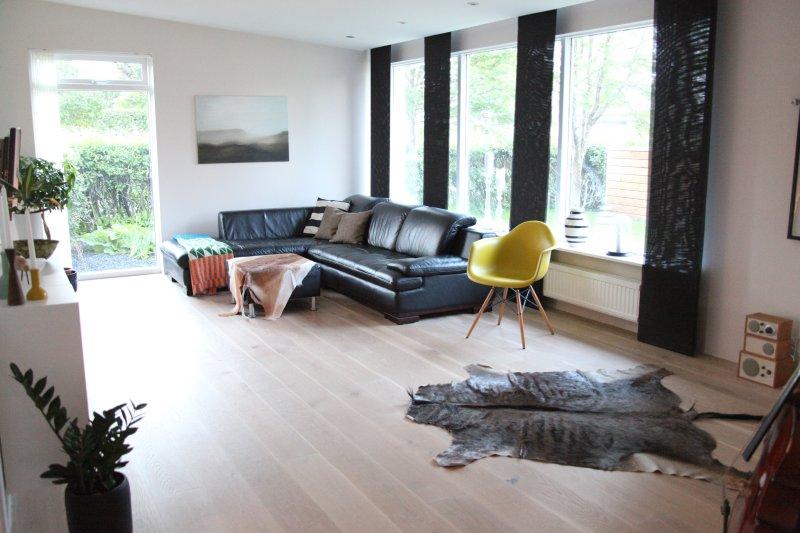 Charming house with hot tub close to nature & city, location de vacances à Njardvik