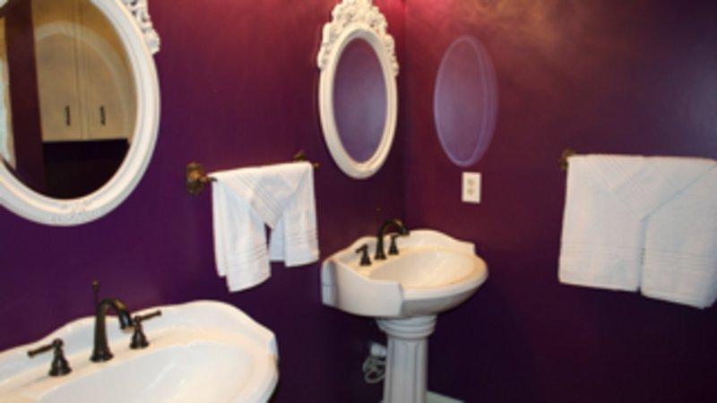 Double vanities with pedestal sink in second bathroom