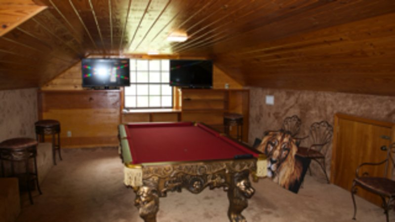 mesa de billar en la sala de juegos arriba
