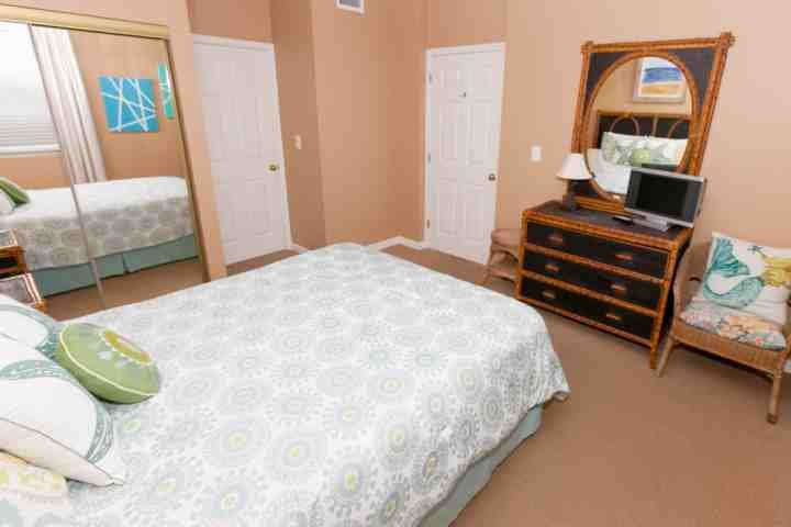 Guest room with flat screen 24-inch TV/DVD