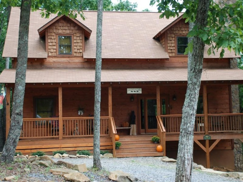 Three Bears Cabin On Sal Mountain, Helen, GA Has Terrace