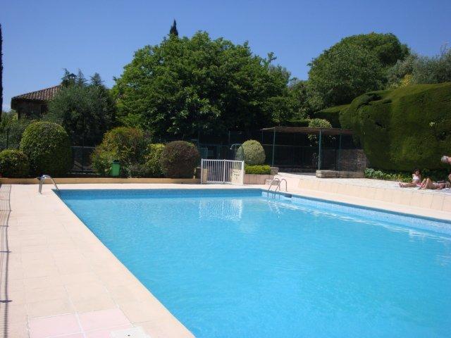 3 Pieces, calme, piscine, tennis,vue panoramique., casa vacanza a Grasse
