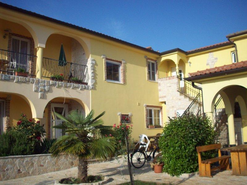 Apartment Bella für 4 Personen, holiday rental in Zikovici