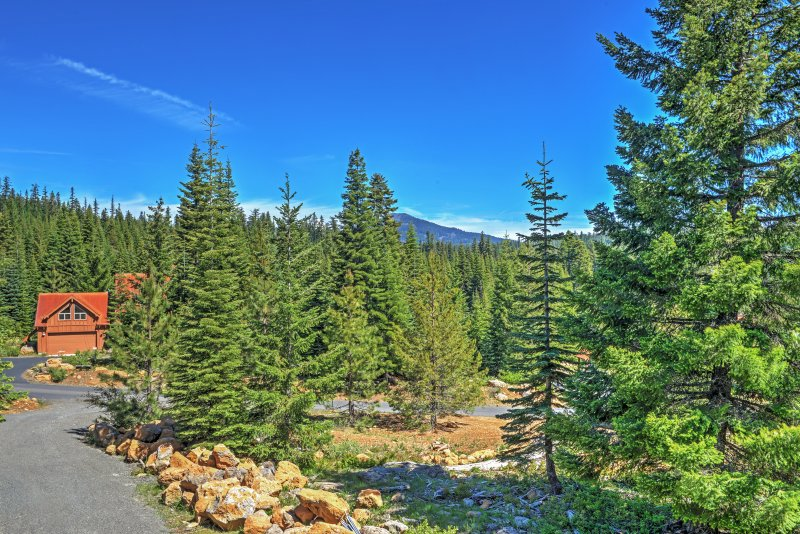 Experience the best of Oregon from this Lake of the Woods vacation rental cabin!