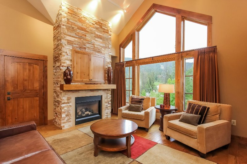 Lodge 414 - Living room with fireplace