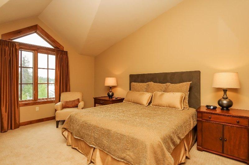 Lodge 414 - Guest bedroom King bed