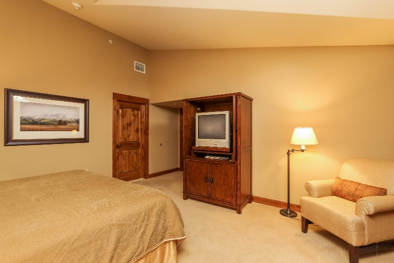 Lodge 414 - Guest bedroom with TV