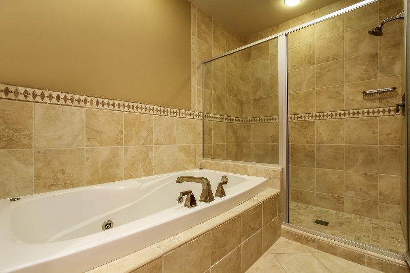 Lodge 414 - Master bathroom with jacuzzi tub