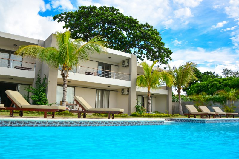 RIVA BELLA - A1 - Pieds dans l'eau avec piscine, holiday rental in Moka