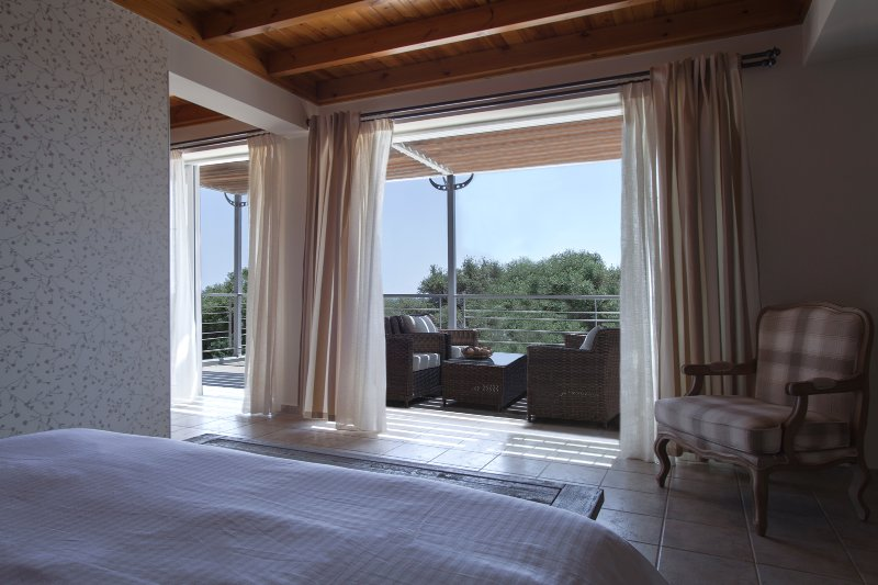 Disfrutar de las vistas al mar cuando se despierta en el dormitorio principal en el primer piso de la villa