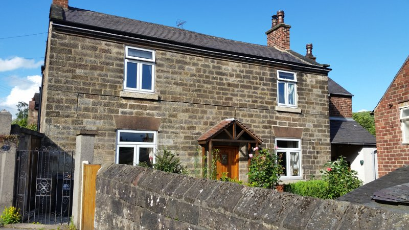 Character (18c) cottage: edge of historic Belper, holiday rental in Holbrook