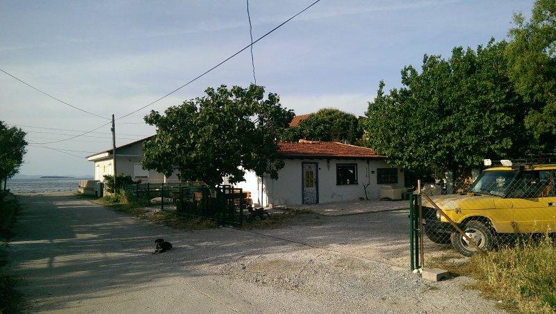 Stone fisherman house ın 2500 m2 garden beside sea, casa vacanza a Urla