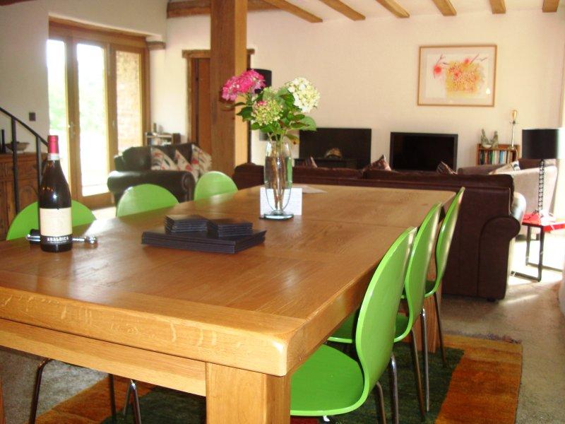 la belle table à manger en chêne peut accueillir jusqu'à 12