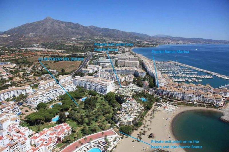 Vista aérea da área mostrando nossa proximidade com Marina Puerto Banus, praia e todas as comodidades.