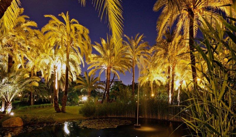 noite encantadora passeia pelos jardins do Clube Playas del Duque.