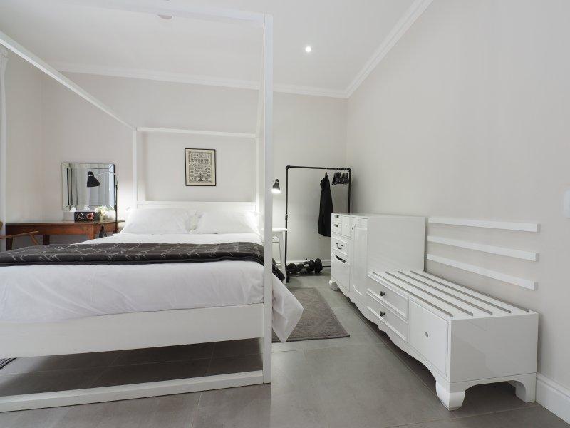 Um dos dois quartos (com cama queen size)