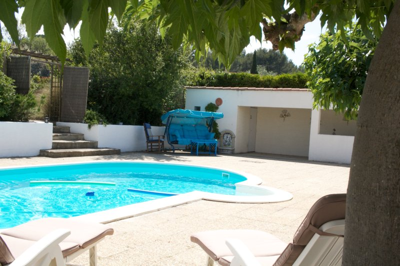Maison Galloise.  Sleeps 6,  private pool, large gardens, Village 5 mins walk, holiday rental in Aude
