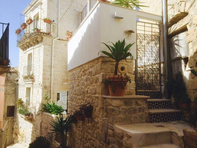 Vue de dessous de la maison principale (mur de pierre) et les invités plats (blanc)